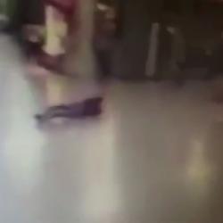 فيديو | لحظة تفجير انتحاري بمطار أتاتورك لنفسه بعد إصابته وسقوط السلاح من يده