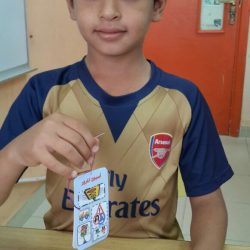 الطالب حامد القريقري يوزع لمنسوبي مدرسته تعليقة إرشادية