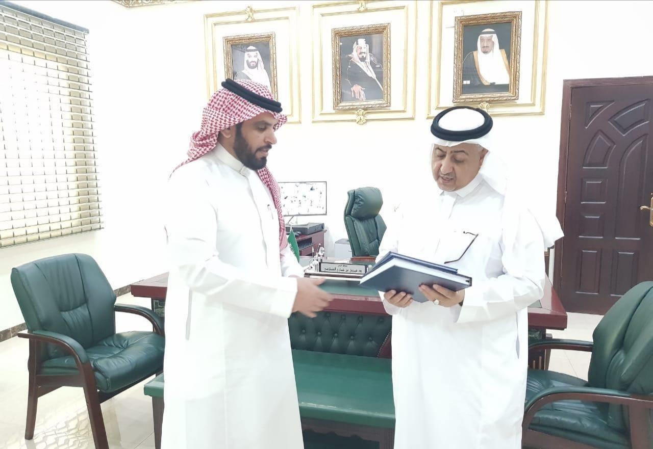 """""""الدكتور الخرماني"""" يهدي محافظ خليص نسخة من كتابه"""
