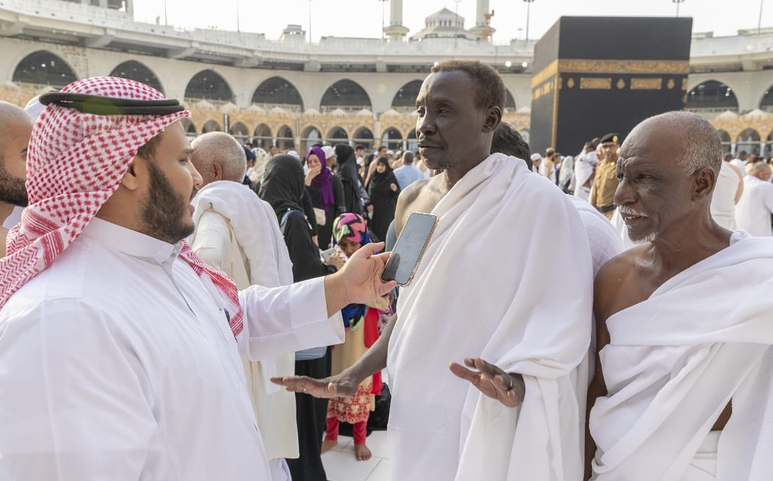 معتمرون بالمسجد الحرام  :  خدمات مميزة ومستوى نظافة عالي داخل الحرم المكي