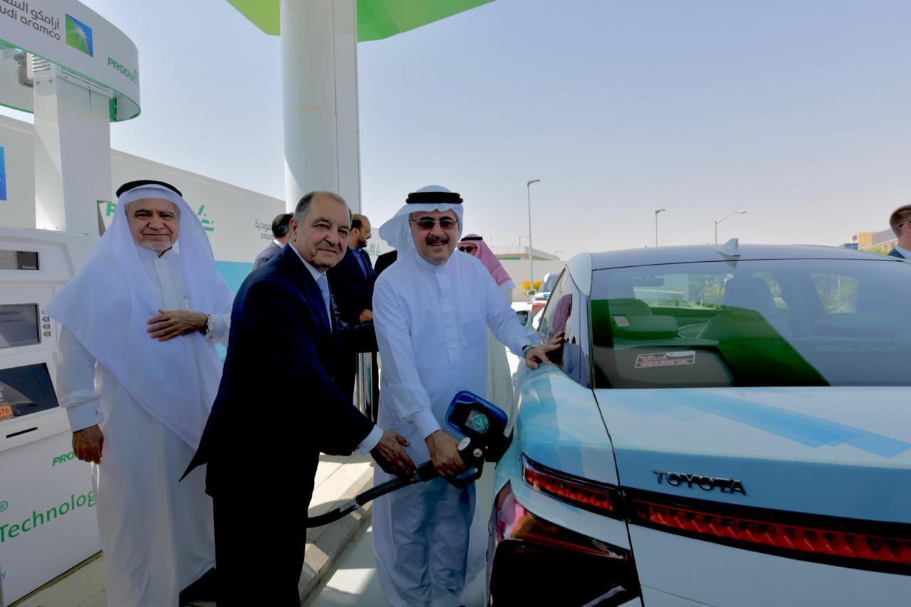 """أرامكو السعودية و""""أير برودكتس"""" تطلقان أول محطة لتزويد السيارات بوقود الهيدروجين في المملكة"""