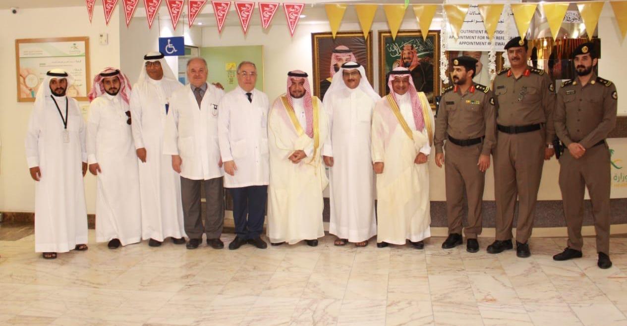 محافظ الجبيل يعايد المرضى المنومين بمستشفى الجبيل العام