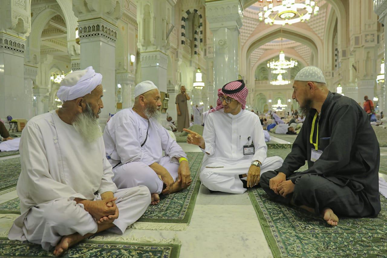 أعلام رئاسة الحرم يتوددون للحجيج برحابة صدر