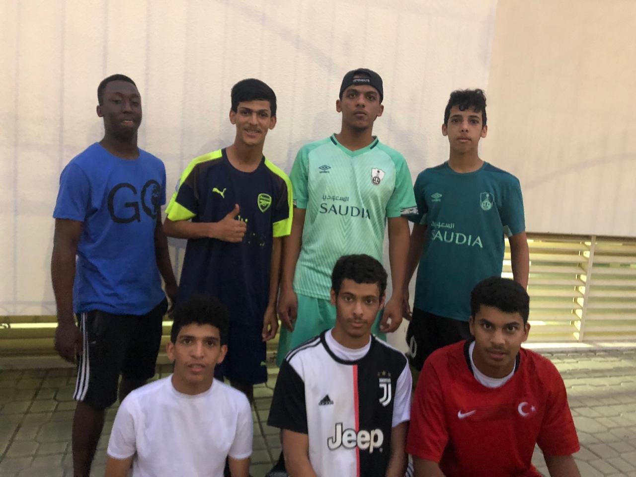 مجموعة من طلاب مدرسة ابن الهيثم بحي المغاربة يشاركون في تمرين النادي الأهلي للمستجدين
