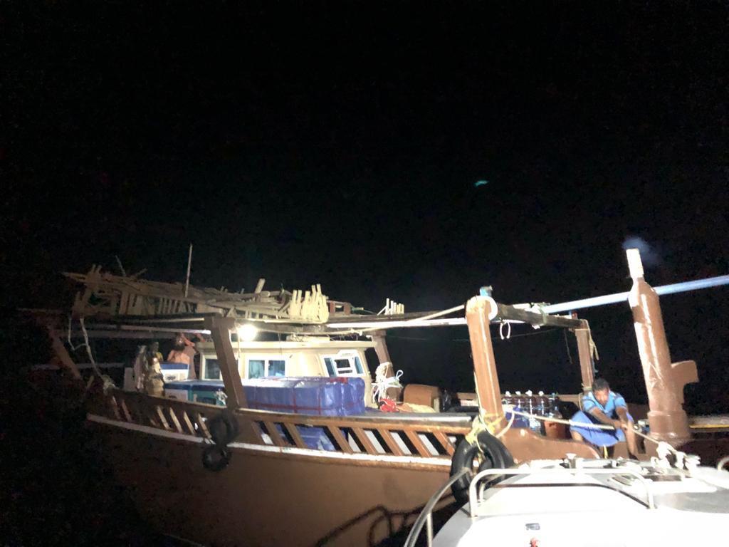 حرس الحدود يساعد قاربا كويتيا تعطل في عرض البحر وعلى متنه شخصين
