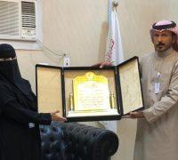 مدير الهلال الأحمر بتبوك يكرم الدكتورة البلوي لإسهامها في انقاذ حياة طفل