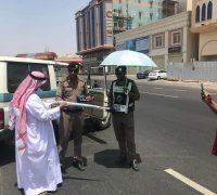 رجال المسفلة يوزعون المعقمات والشمسية للتخفيف من أثر حرارة الشمس على أبطالنا رجال الأمن