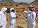 أعضاء من بلدي خليص يقفون ميدانيا على مشكلة تساقط الصخور بجانب المساكن بهجرة أم العبيد