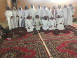 """منسوبو مدرسة الإمام البخاري بخليص يحتفلون بزميلهم """"الشيخ"""""""