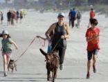 السلطات في فلوريدا تتفاجأ بإزحام الآلآف بعد فتح الشاطئء  بساعة
