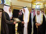 """الفيصل يتسلم درع منظمة العالم الإسلامي للتربية والعلوم والثقافة """" الإيسسكو """""""