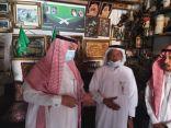 محافظ خليص يزور متحف الرِّزْمِي ويتبنى دعمه